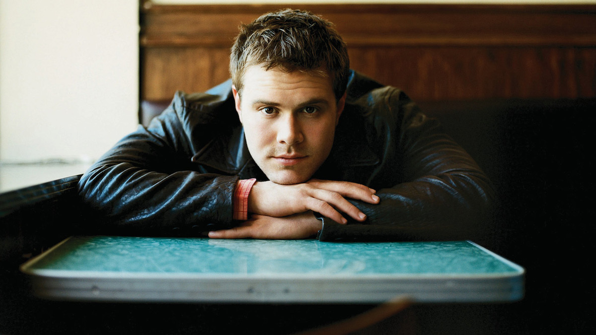 """HERITAGE: Daniel Bedingfield Gives An Energetic Performance Of His Chart-Topping Single """"Gotta Get Thru This"""" (2001)"""