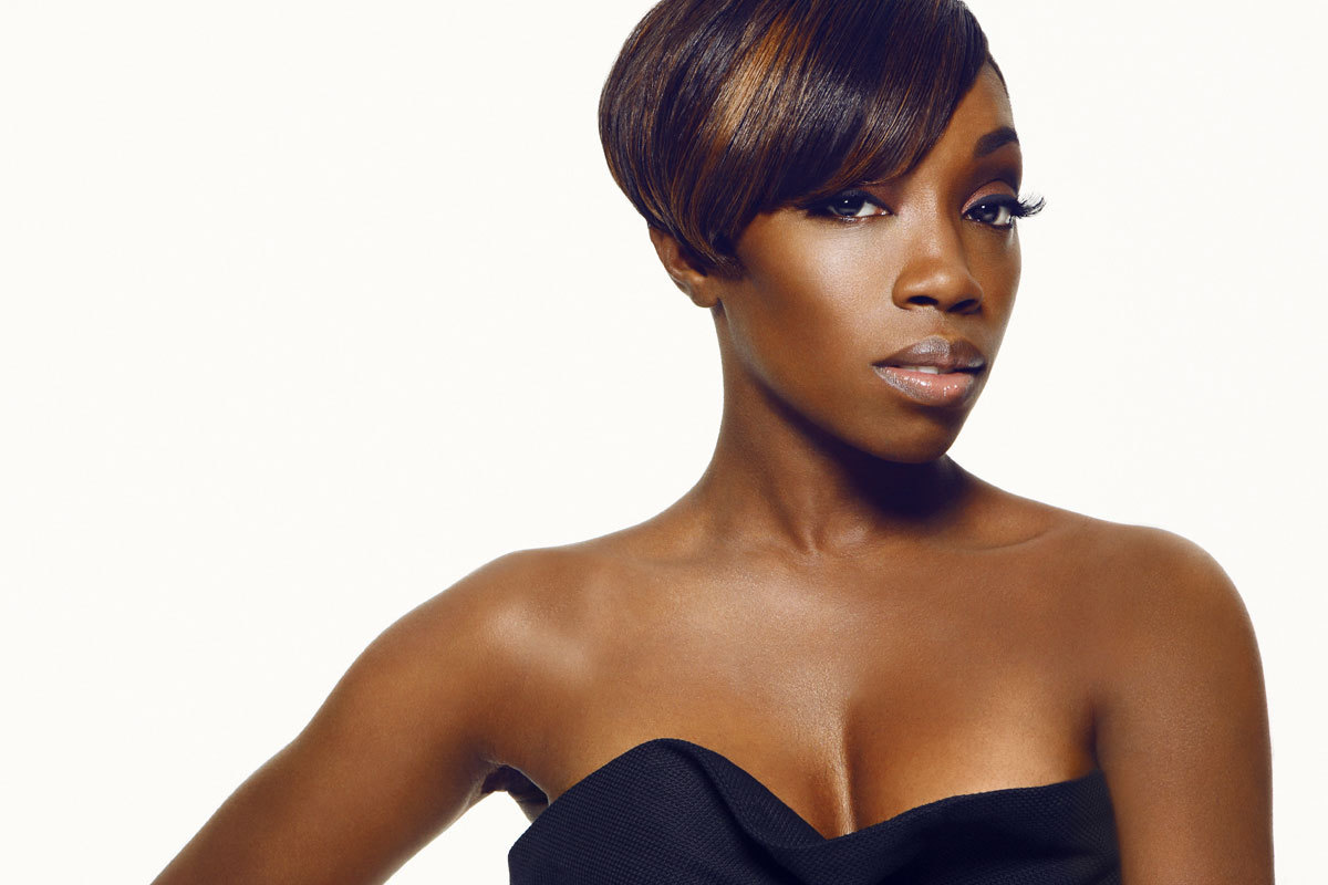 "HERITAGE: Estelle Lights Up Channel U's 'Best Of British' Awards With Her Joyful Rendition Of ""1980"" (2005)"