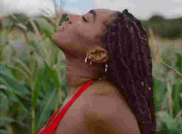 "EXCLUSIVE: South East London R&B Singer Raelle Finds Solace Amidst Heartbreak On ""Sundown"""